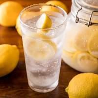 自家製塩レモンを使用した人気の塩レモンサワー。