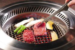 焼肉は特殊金属の高級網でおいしく焼けます。自慢のたれと一緒に