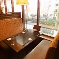 窓際のボックス席は半個室風。ゆったりテーブルで食べ放題を堪能