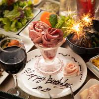 お誕生日のお客様には花火とメッセージ付きの「肉パフェ」
