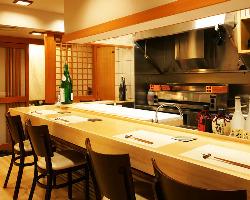 カウンターではお客様に合わせたお料理のご提供が可能です。