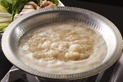 鍋は水炊き、水炊きスープを使ったトマト鍋、辛炊き鍋をご用意!