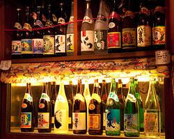 泡盛は常備20種類が棚に並ぶ& 季節の島酒も15種類ほどご用意!