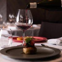 世界各国の厳選ワイン。ソムリエとのご歓談もお楽しみください