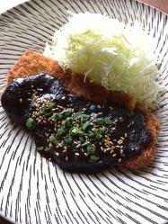 秋田県から直送の八幡平ポークの味噌カツは隠れた人気メニュー。