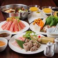 烏骨鶏とすっぽんの2種類のスープが楽しめる火鍋はイチオシ
