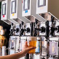 生ビール、カクテル、ワインなど多彩なドリンクはセルフ式