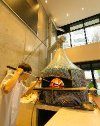 ◆本格ナポリの石窯で焼くピッツァは絶品。目の前で焼き上げます