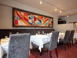 シルバーグレーの落ち着きの中に色彩豊かな抽象画が華を添えます