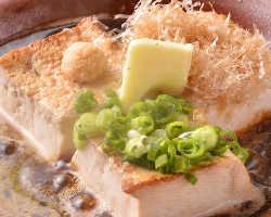 卓上で仕上げる豆腐ステーキは、醤油とバターの香ばしさもご馳走