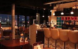 夜景を眺めながらお食事カクテルお一人でも心地よい店内
