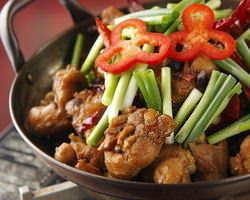 干鍋鶏=お湯のない鶏肉料理。とても辛い!