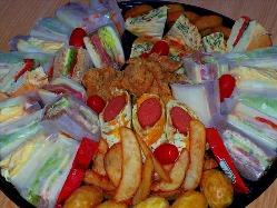 唐揚、ポテト、キッシュなどとサンドイッチのコンボプレート