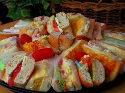 サンドイッチを食べやすいサイズにカットし、盛り付けました