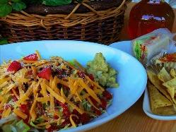 スパイシーなお肉とたっぷり生野菜のサラダご飯