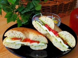 モッツァレラチーズとトマトのベーグルサンド