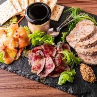 [前菜盛り合わせ] 肉前菜プレートはお値打ち価格1,500円(税抜)