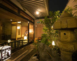 当料亭の1階と2階には、それぞれ日本庭園風の中庭がございます