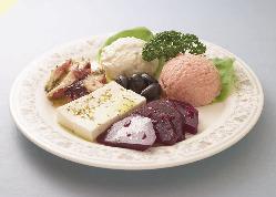 ギリシャの人気メニューを揃えた前菜の6種盛りはシェフおすすめ