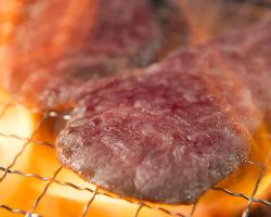 炭火使用!口の中でお肉の旨みが溢れ出します!!!