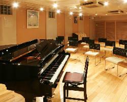スタジオ貸切60名様迄。ピアノやマイク等 設備も充実。