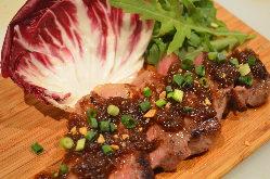 特製オニオンソースの牛肉のステーキです
