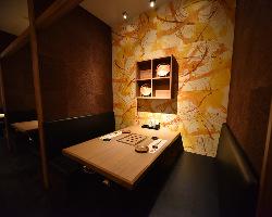 和紙が織り成す温かみのあるデートにぴったりの半個室席です。
