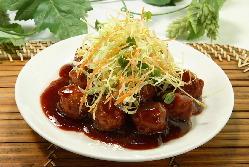 人気メニューの一品! 『肉団子の黒酢ソースかけ』