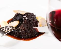 ホロホロと身崩れする程の柔らかさ♪牛ホホ肉の赤ワイン煮