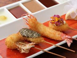 5種類の特製ソースで味わえる、色も美しい珠玉の串揚げ。