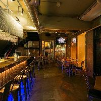 アメリカのブルワリーレストランを思わせる開放的な店内で乾杯を