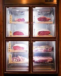 特注の熟成肉専用セラーが店頭でどっしり皆様をお出迎えします。