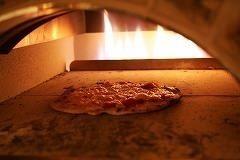 これが凹自慢のピザ釜♪温度はなんと500℃以上!!