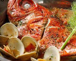 朝獲れの鮮魚を丸ごと使った『アクアパッツァ』は贅沢な逸品