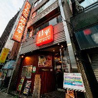 新宿駅西口徒歩4分!大きな新都心歩道橋前の4階建ビル全てが当店