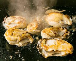 冬季限定★牡蠣バター!目の前の鉄板で焼く牡蠣は絶品!