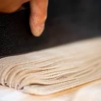 会津産そば粉を用いた古式製法手打ちそばは自慢の一品。