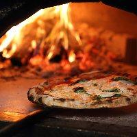 イタリア ナポリから直輸入した薪窯で焼くピッツァを是非♪