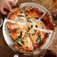 ナポリ産の薪窯で焼き上げるピザは外はサクサク