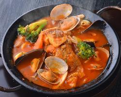 《ブイヤベース》じっくり煮込んだ魚介スープは絶品♪