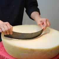 ベラ・ロディチーズは専用のナイフでお客様の目の前で削ります