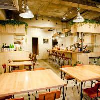 開放的な内装のカフェ&バル!こだわりの逸品をこだわりの空間で