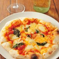 【熱々ピザ】 カリッ!もちっ!食感を楽しめるピザは大人気◎