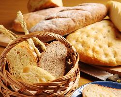 """毎日焼いてる自家製パン""""フォカッチャ""""等コースでは食べ放題!"""