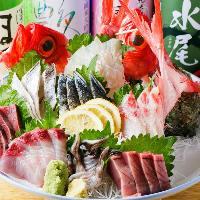 天然ものの魚をたっぷりと!当店おすすめの鮮助盛りは必食