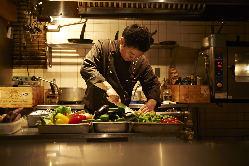 3代目オーナーシェフの中富氏。料理は楽しく美味しく。