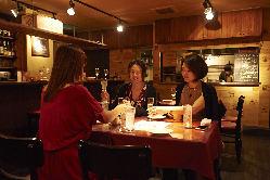 寛ぎのテーブル席。ご会食からパーティーまで用途は幅広い。