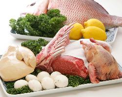 フランス産の鴨やフォアグラ、和牛や鮮魚など特選食材を贅沢使用