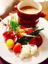 季節ごとの色鮮やかな三浦野菜のバーニャカウダをお楽しみ下さい