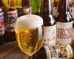 多くの海外の瓶ビールを取り揃えています。鉄板との相性も◎